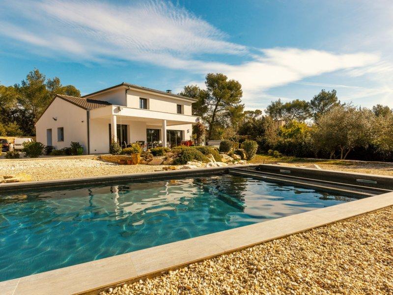 piscine extérieur d'une maison Delhome immobilier